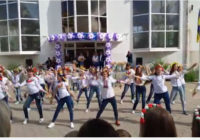 З нагоди останнього дзвоника роздільнянські школярі влаштували флеш-моб, відео